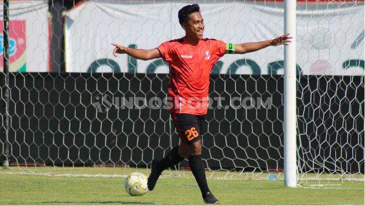 Gelandang Perseden Denpasar, I Made Antha Wijaya, mencetak gol satu gol saat laga melawan Perslobar Lombok Barat 2-1 dalam pertandingan Liga 3 zona Bali Nusra di Stadion 17 Desember, Mataram, Senin (18/11/19). Copyright: © Nofik Lukman Hakim/INDOSPORT