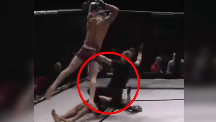 Petarung Mixed Martial Arts (MMA), Austin Batra melakukan aksi menjijikan usai masih mencoba menghajar lawannya, Perry Hayer yang telah terkapar. Copyright: © Instagram.com/alphasportz