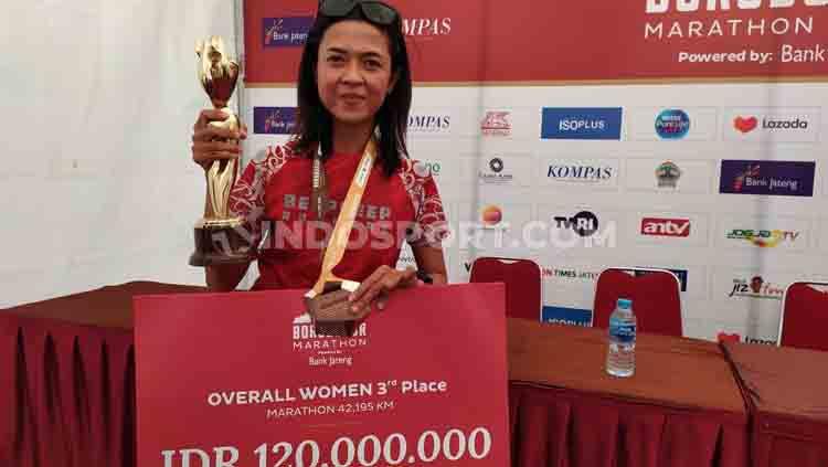 Pelari Indonesia, Irma Handayani, pecahkan rekor dengan merusak dominasi Kenya di Borobudur Marathon 2019. Ia menjadi juara tiga di kategori Marathon 42 Km Overall Women. Copyright: © Arif Budi/INDOSPORT