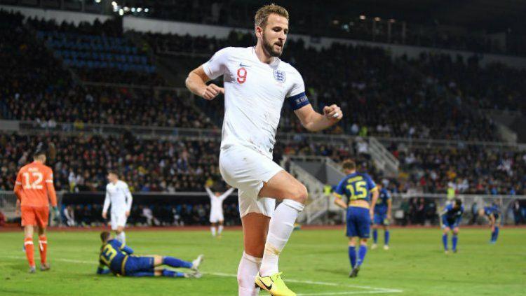 Harry Kane mencetak sebiji gol yang membantu Inggris bantai Kosovo di Kualifikasi Euro. Copyright: © Twitter @UEFAEURO
