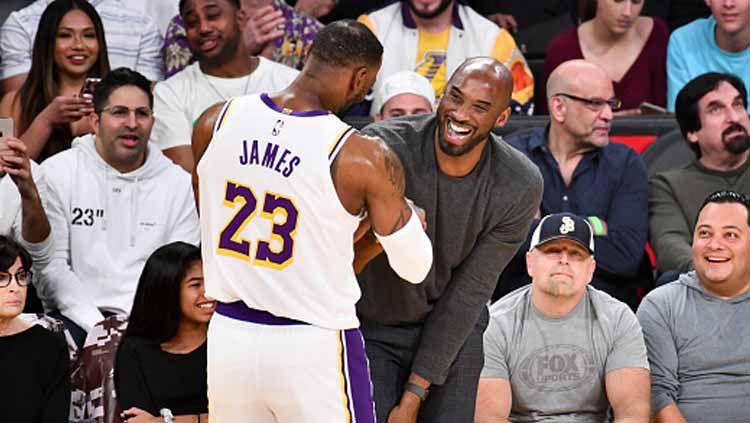 Lebron James (kiri) saat menyapa senior sekaligus legendanya di tim basket NBA, La Lakers, yakni Kobe Bryant Copyright: © Allen Berezovsky/GettyImages