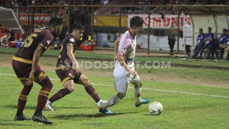 Pemain klub Liga 1 PSM Makassar, Benny Wahyudi dan Hasim Kipuw (merah) membayangi gelandang Persipura Jayapura, Oh InKyun (putih). Copyright: © Adriyan Adirizky/INDOSPORT