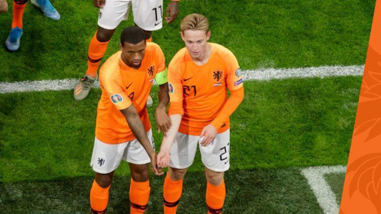 Georginio Wijnaldum saat merayakan golnya dengan menunjukkan gestur melawan rasisme di pertandingan Kualifikasi Euro 2020 antara Belanda vs Estonia, Rabu (20/11/19) dini hari WIB. Copyright: © twitter.com/OnsOranje