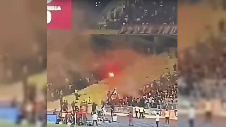 Oknum suporter Malaysia empar flare ke fans Timnas Indonesia di pertandingan kelima Kualifikasi Piala Dunia 2022, Selasa (19/11/19). Copyright: © Twitter