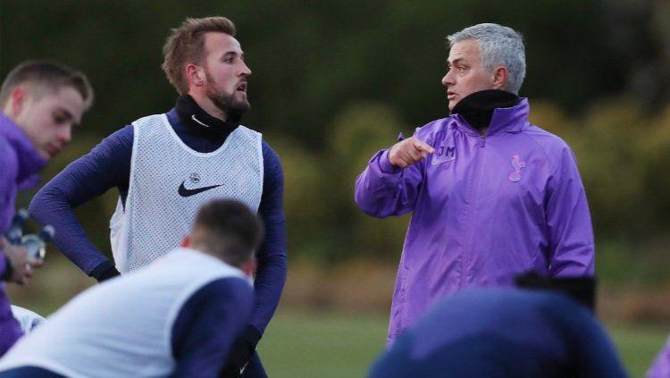 Jose Mourinho dan Harry Kane dalam latihan perdananya bersama Tottenham Hotspur, Rabu (20/11/19). Copyright: © https://twitter.com/SpursOfficial