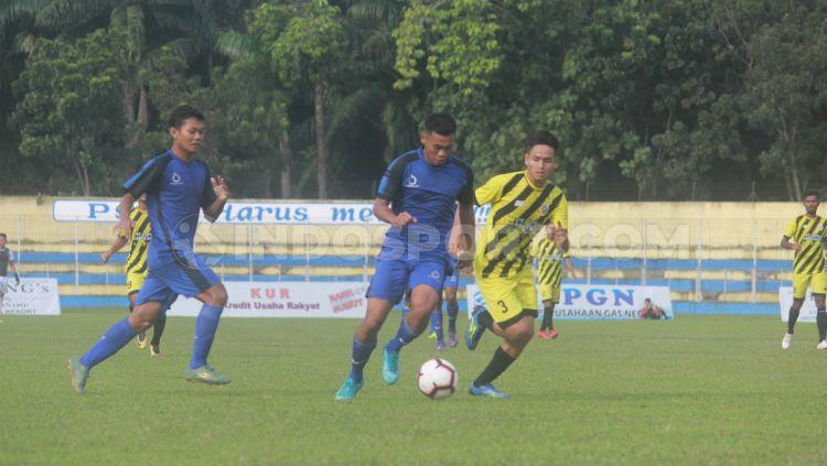 PS Bhinneka (baju biru) saat menghadapi Peusangan Raya (baju kuning) di Stadion Baharuddin Siregar, Lubuk Pakam, Deli Serdang, beberapa waktu lalu. Copyright: © INDOSPORT/Aldi Aulia Anwar