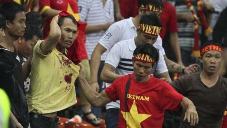 Suporter Vietnam diserang suporter Malaysia pada ajang Piala AFF 2014. Copyright: © The Star