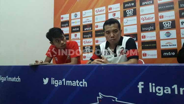 Pelatih Madura United Rasiman (kanan) dan Kevy Syahertian selepas laga pekan ke-28 Liga 1 2019. Copyright: © Ian Setiawan/INDOSPORT
