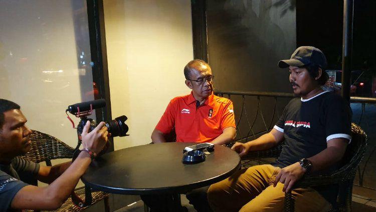 Gatot saat menemui salah satu suporter Indonesia yang dikeroyok oknum Malaysia. Copyright: © Humas Kemenpora