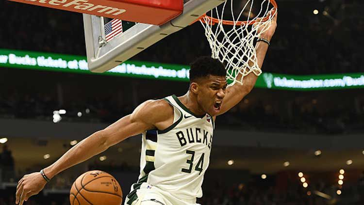 Pemain bintang basket NBA milik Milwaukee Bucks, Giannis Antetokounmpo saat melakukan slam dunk Copyright: © Stacy Revere/GettyImages