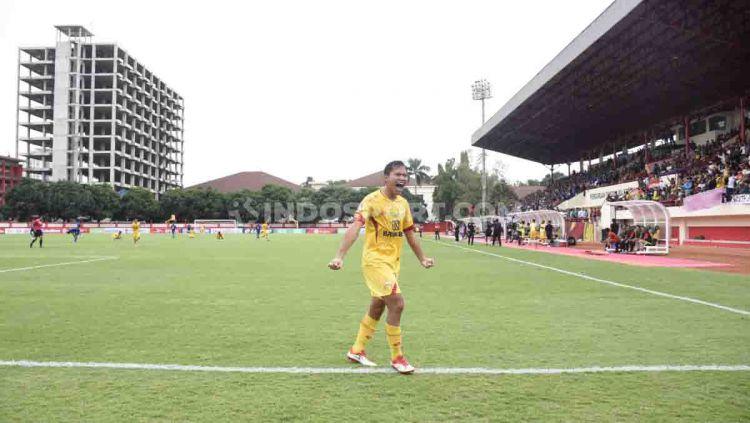 Adam Alis melakukan selebrasi ke gawang Arema  FC Copyright: © Herry Ibrahim/INDOSPORT