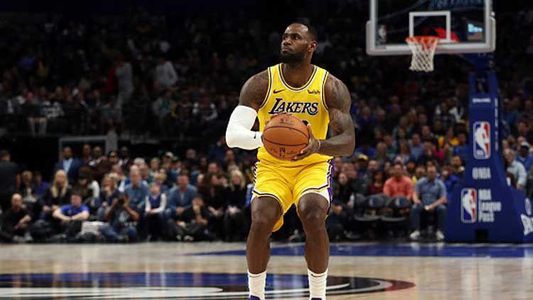Pemain megabintang NBA yang bermain di LA Lakers, LeBron James saat ingin menembak bola basket Copyright: © Ronald Martinez/GettyImages