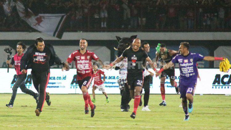 Selebrasi pemain Bali United usai mengalahkan Persib Bandung 3-2 pada laga pekan ke-29 Shopee Liga 1 2019 di Stadion Kapten I Wayan Dipta, Gianyar, Kamis (28/11/19). Copyright: © Nofik Lukman Hakim/INDOSPORT