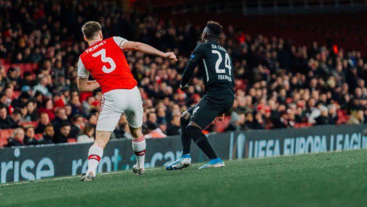 Kieran Tierney mengirimkan umpan silang di pertandingan Liga Europa antara Arsenal vs Frankfurt, Jumat (29/11/19) dini hari WIB. Copyright: © twitter.com/eintracht