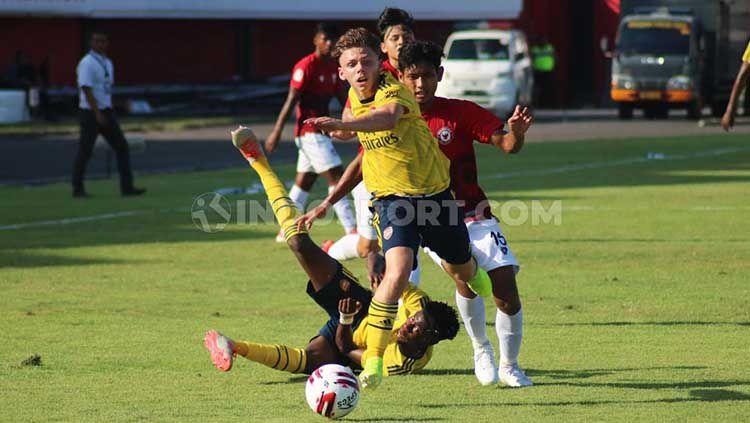 Kapten Arsenal FC U-18, Ben Arron Cottrel saat merebut bola yang dikuasai bek Indonesia U-20 Allstar, Salman Alfarid dalam Bali U-20 International Cup 2019 di Stadion Kapten I Wayan Dipta, Gianyar, Minggu (1/12/19) sore. Copyright: © Nofik Lukman Hakim/INDOSPORT