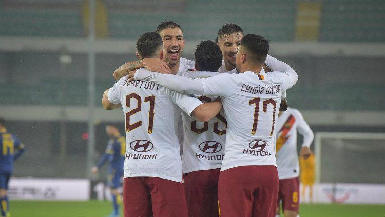 Selebrasi pemain AS Roma usai gol Justin Kluivert ke gawang Verona di pekan ke-14 Serie A Liga Italia, Senin (02/12/19). Copyright: © twitter.com/ASRomaEN