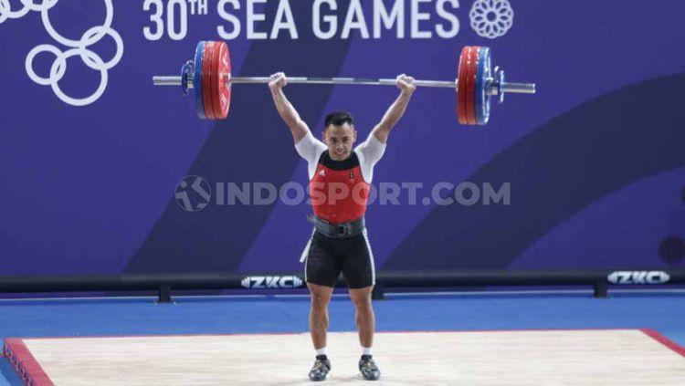 Eko Yuli Irawan raih medali emas angkat besi kelas 61 kilogram putra di Nino Aquino Stadium, Manila, Senin (02/12/19). Copyright: © Ronald Seger Prabowo/INDOSPORT