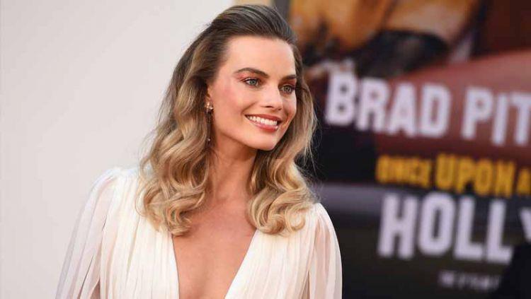 Aktris cantik asal Australia, Margot Robbie sempat jadi wanita incaran dari Cristiano Ronaldo pada tahun 2015 silam. Copyright: © wwd.com
