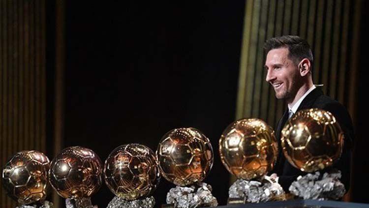 Pemain dan kapten klub Barcelona, Lionel Messi, dianggap oleh Ronaldinho bukan pemain terbaik sepanjang masa meski menangi 6 Ballon d'Or Copyright: © Instagram France Football