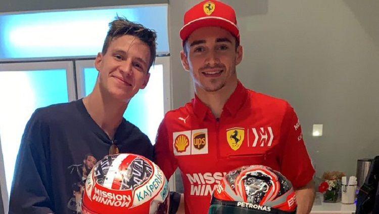 Fabio Quartararo (MotoGP) dan Charles Leclerc (F1), tunjukkan keakraban di luar lintasan balap. Copyright: © Twitter @FabioQ20