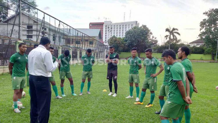 Para pemain PSMS mendapat arahan dari manajemen dan legenda Nobon dan Parlin sebelum latihan di Stadion Kebun Bunga, Medan, Senin (2/12/19) sore. Copyright: © Aldi Aulia Anwar/INDOSPORT