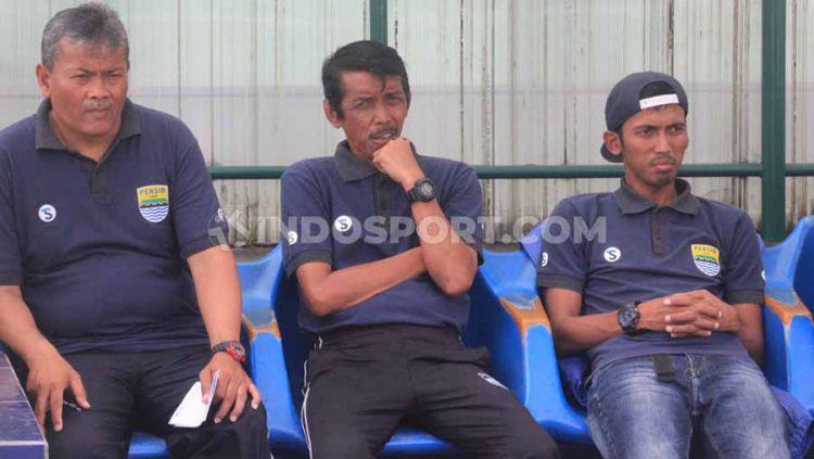 Pelatih Persib Putri, Iwan Bastian (tengah) saat pertandingan leg pertama semifinal Liga 1 Putri 2019 menghadapi Arema FC Putri di Stadion Siliwangi, Kota Bandung, Minggu (1/12/19). Copyright: © Arif Rahman/INDOSPORT