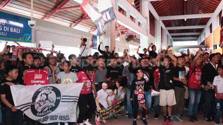 Ratusan suporter Serdadu Tridatu memadati terminal domestik Bandara Internasional Ngurah Rai, Denpasar, untuk menyambut tim Bali United yang telah memastikan gelar juara Liga 1, Selasa (03/12/19). Copyright: © Nofik Lukman Hakim/INDOSPORT