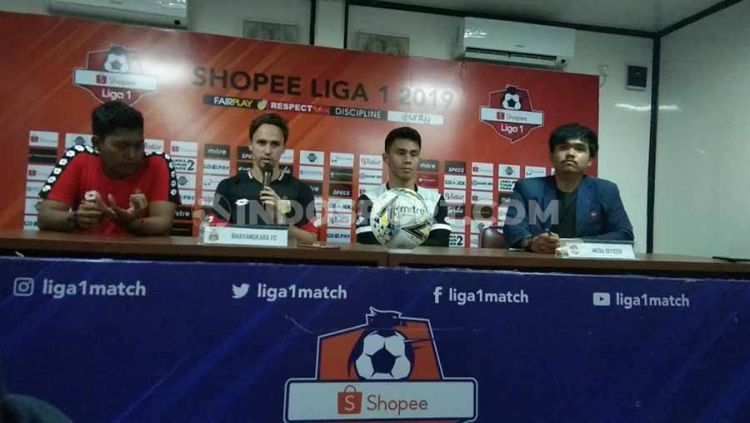 Pelatih Bhayangkara FC, Paul Munster (kedua kiri) mengaku sudah tidak sabar menjamu Persija Jakarta di pekan ke-30 Liga 1 di Stadion PTIK, Jakarta Selatan, Rabu (04/12/19). Copyright: © Zainal Hasan/INDOSPORT
