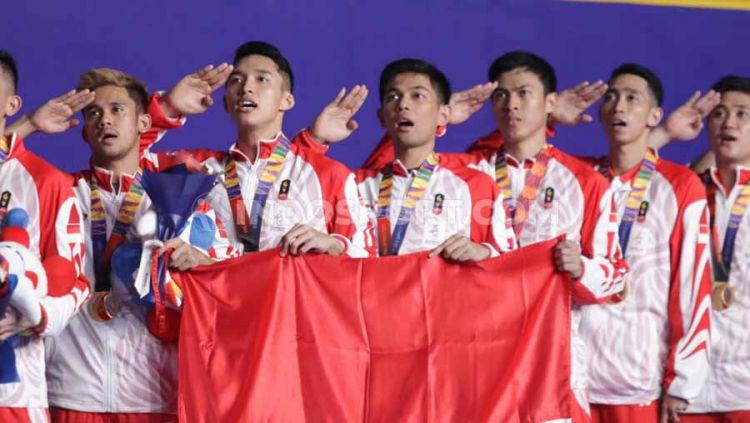 Penyerahan medali emas kepada Jonatan Christie dkk di final bulutangkis beregu putra SEA Games Filipina 2019, Rabu (04/12/19). Copyright: © Ronald Seger Prabowo/INDOSPORT