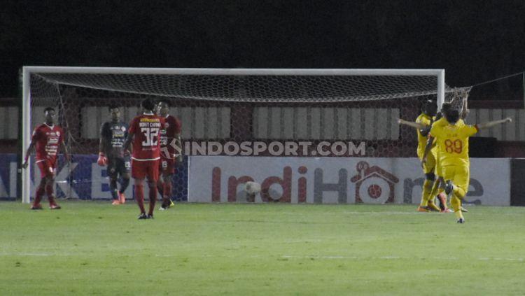 Kekecewaan para pemain Persija (kiri) saat Bhayangkara FC sukses mencetak gol ke gawang Andritany pada laga Liga 1 di Stadion PTIK Jakarta, Rabu (04/12/19). Copyright: © Herry Ibrahim