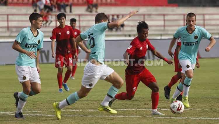 Winger Indonesia U-20 All Star, Supriyadi (kedua kanan) berusaha melewati hadangan pemain Inter Milan U-18 dalam laga Bali U-20 International Cup 2019 di Stadion Kapten I Wayan Dipta, Gianyar, Kamis (05/12/19). Copyright: © Nofik Lukman Hakim/INDOSPORT
