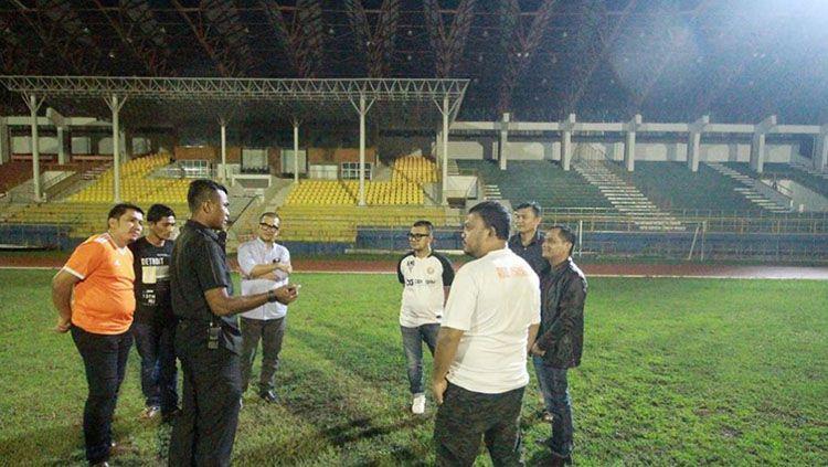 Manajemen Persiraja Banda Aceh mengambil langkah cepat dengan langsung meninjau Stadion Harapan Bangsa, yang tak lain sebagai persiapan mereka untuk berlaga di Liga 1 musim depan. Copyright: © Media Officer Persiraja