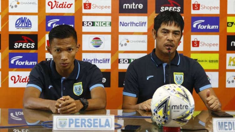 Nilmaizar dan Eky Taufik saat pre match press conference Liga 1 PSM Makassar vs Persela Lamongan. Copyright: © Media PSM Makassar