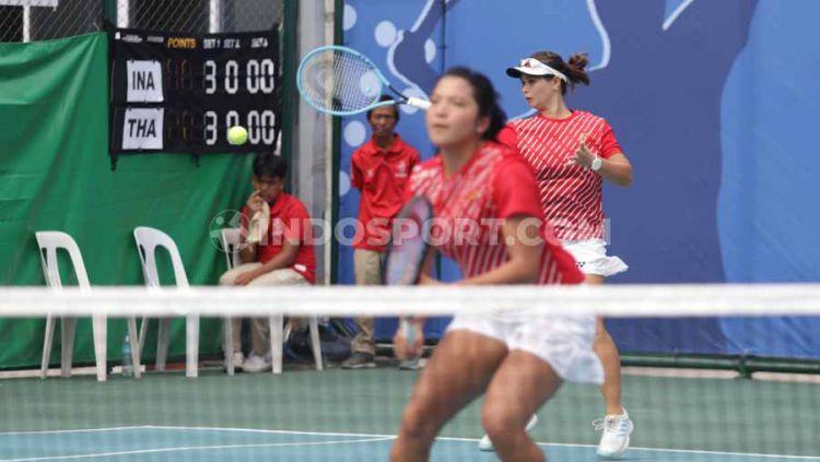 Ganda putri Indonesia, Beatrice Gumulya/Jessy Rompies meraih medali emas tenis SEA Games 2019 usai mengalahkan pasangan Thailand, Plipuech Pengatarn/Tanasugarn Tamarine (6-3, 6-3) di Rizal Memorial Tennis Court, Manila, Sabtu (07/12/19). Copyright: © Ronald Seger Prabowo/INDOSPORT