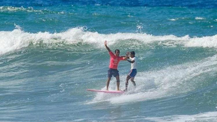 Peselancar Filipina,Roger Casugay, menolak dianggap pahlawan usai menyelamatkan Arip Nurhidayat selaku wakil Indonesia di cabor surfing SEA Games 2019. Copyright: © pia.gov.ph