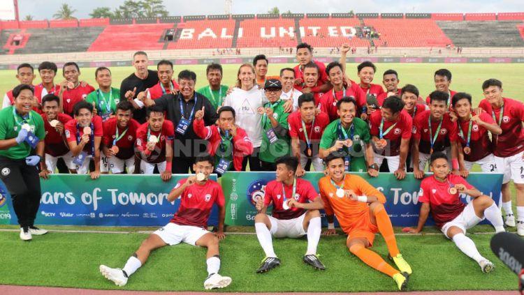 Para penggawa Indonesia U-20 Allstar menjadi juara ketiga Bali U-20 International Cup 2019, setelah mengalahkan Arsenal U-18 4-2 di Stadion Kapten I Wayan Dipta, Gianyar, Sabtu (7/12/19). Copyright: © Nofik Lukman Hakim/INDOSPORT