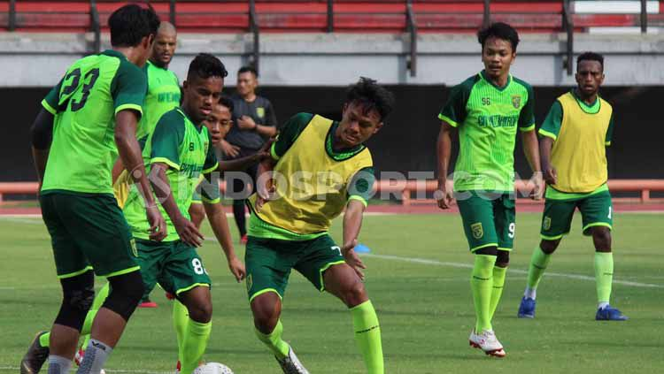 Pemain klub Liga 1 2019, Persebaya Surabaya saat mengikuti official training (OT) di Stadion GBT. Copyright: © Fitra Herdian/INDOSPORT