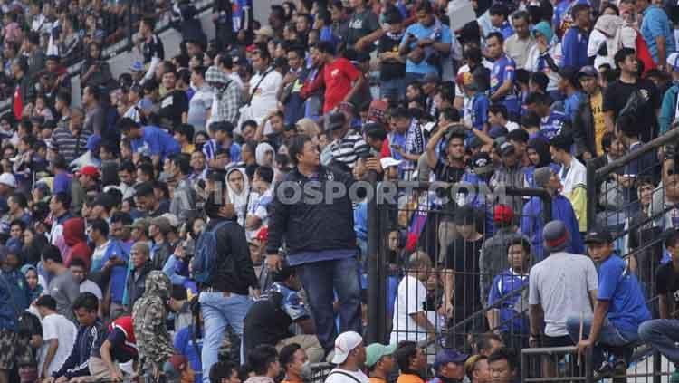 General Manager PSIS, Wahyu Winarto turut membantu meredakan kericuhan suporter di tribun barat dalam laga Shopee Liga 1 2019 kontra Arema FC. Copyright: © Alvin Syaptia Pratama/INDOSPORT