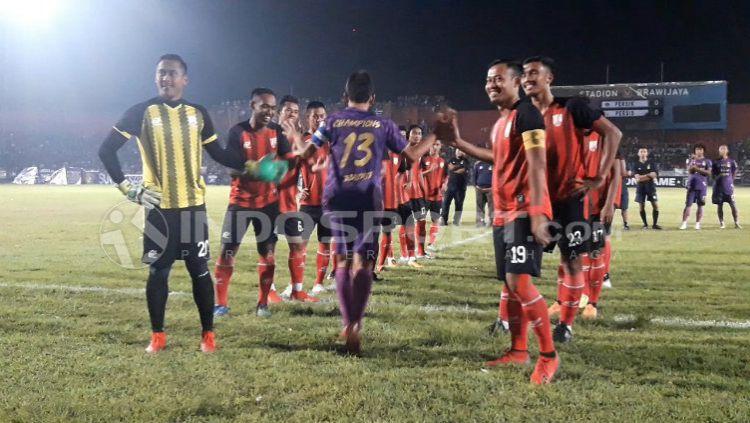 Prestasi pemain persik sebagai juara Liga 2 mendapat apresiasi dr Persis Solo, tim kompetitor sepanjang kompetisi. Copyright: © Ian Setiawan/INDOSPORT