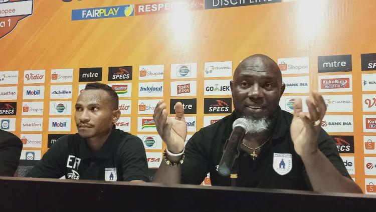Pelatih Persipura, Jacksen Tiago bersama Evraim Toncy Awes saat konferensi pers usai laga. Copyright: © Media Officer Persipura