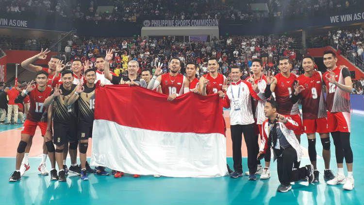 Salah satu pemain Timnas voli putra Indonesia, I Putu Randu Wahyu Pradana lakukan aksi tengil di depan fans tuan rumah usai pecundangi Filipina pada babak final SEA Games 2019. Copyright: © Media CDM