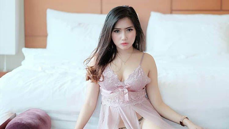 Netizen memberikan komentar menggelitik dalam menanggapi foto unggahan model cantik Indonesia, Priscillia Hesty Lestari, yang sedang berenang. Copyright: © Instagram.com/PriscilliaHesty