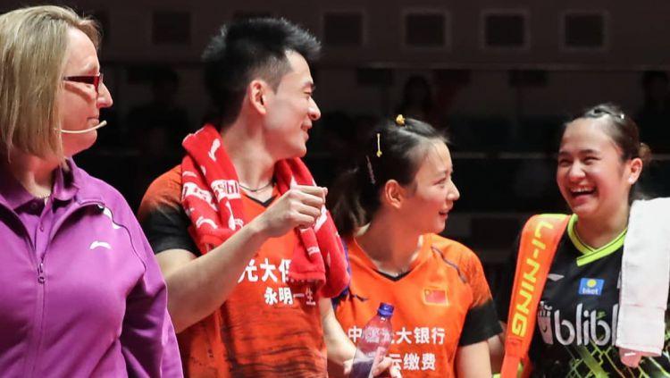 Melati Daeva (kanan) tampak tersenyum ke arah Zheng Siwei Copyright: © instagram.com/bwf.official