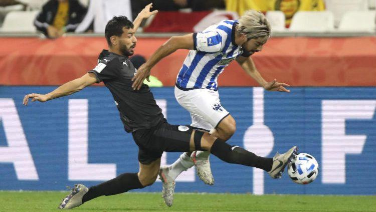 Duel pemain Monterrey (biru garis putih) dengan Al Sadd (hitam) dalam ajang Piala Dunia Antarklub 2019. Copyright: © Twitter @AlsaddSC