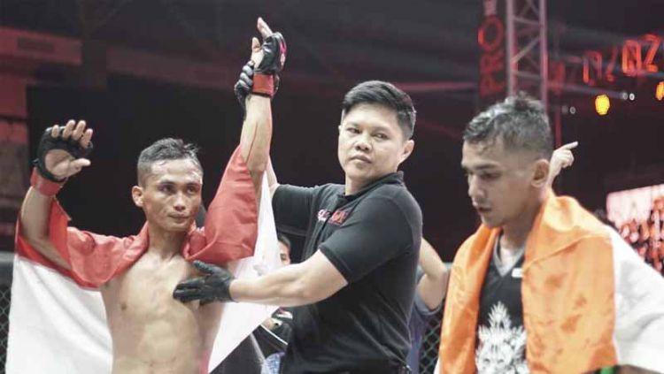 Juara kelas bertahan straw One Pride asal Indonesia, Gunawan Sutrisno berhasil mangalahkan petarung India, Sunny Khatri dalam Fight Night 35. Copyright: © Instagram@oneprideimma