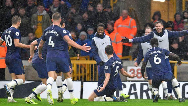 Selebrasi pemain Tottenham Hotspur merayakan kemenangannya atas Wolves. Copyright: © Twitter @SpursOfficial