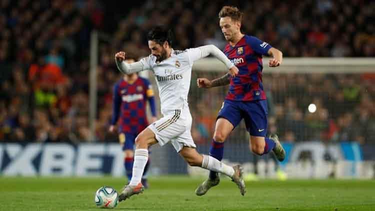 Perebutan bola antara Isco (kiri) dengan Rakitic (kanan) Copyright: © Ofisial Real Madrid