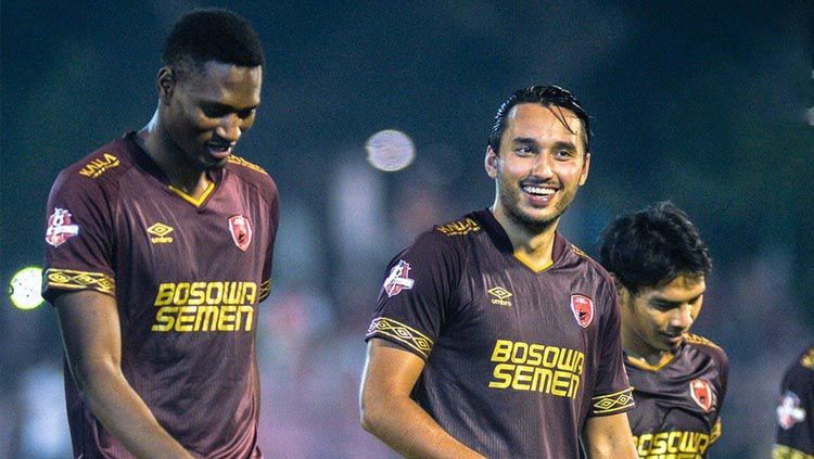 Striker naturalisasi PSM Makassar Ezra Walian (tengah). Copyright: © Twitter/@Liga1Match