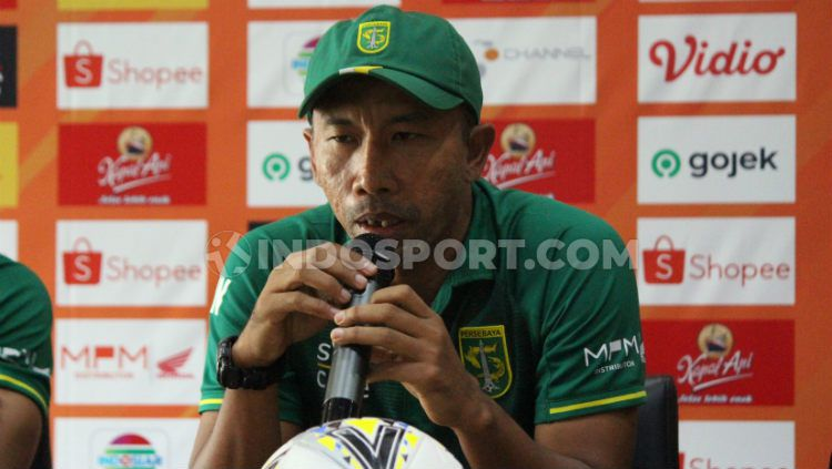 Uston Nawawi saat konferensi pers laga Liga 1 antara Persebaya vs Badak Lampung, Jumat (20/12/19). Copyright: © Fitra Herdian Ariestianto/INDOSPORT