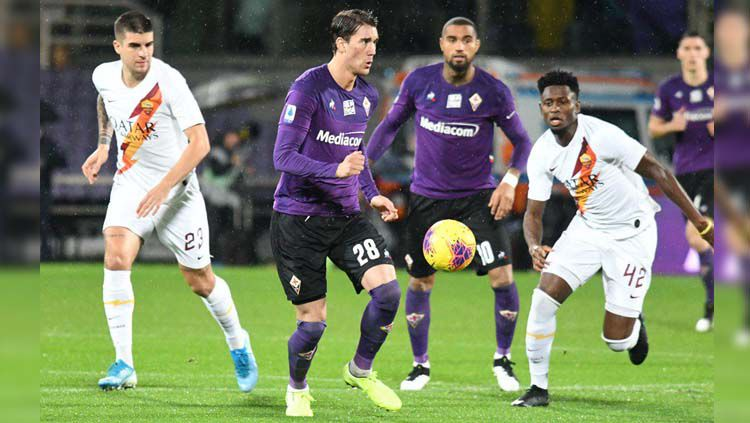 Dusan Vlahovic (tengah) berusaha melewati lawan pada laga Fiorentina vs AS Roma di Liga Italia 2019-20, Sabtu (21/12/19). Copyright: © Twitter/@afcfiorentina
